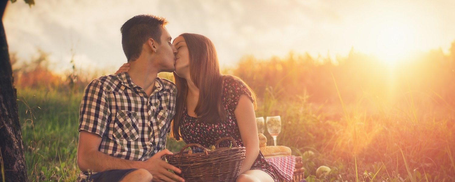 things to do in Niagara Falls for couples | a couple kissing while enjoying a picnic